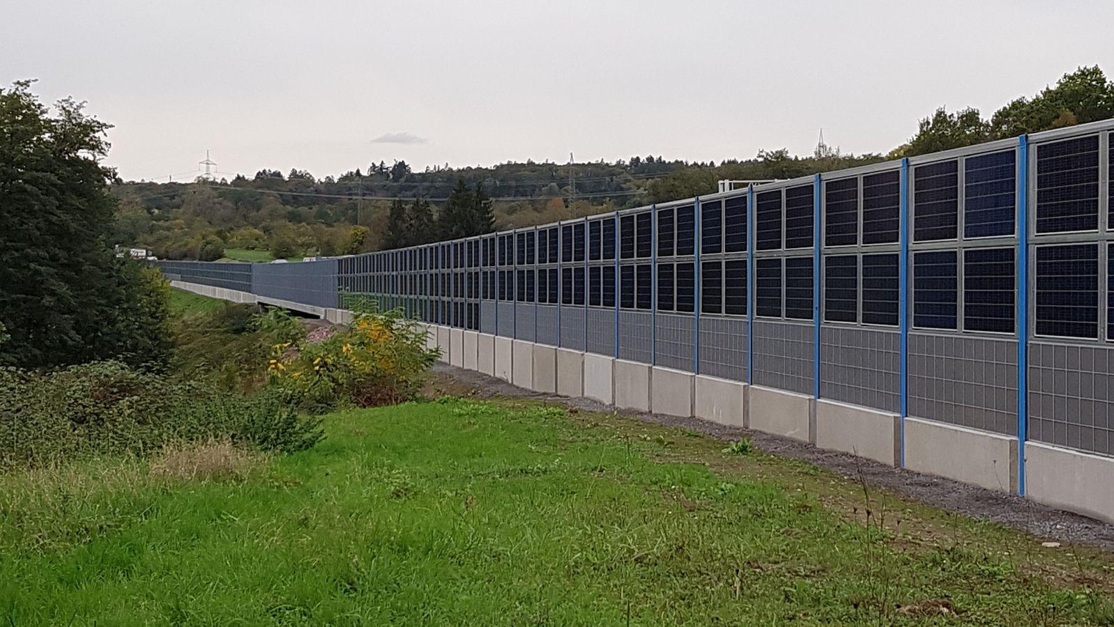 Bundesweit einmalige Lärmschutzwand mit Photovoltaik-Elementen